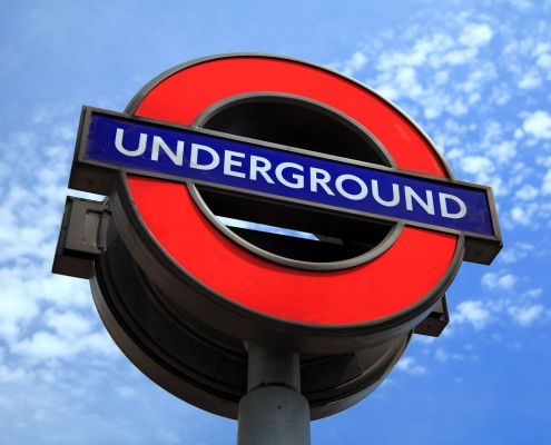 El símbolo del metro inglés, el nombre de la estación dentro del círculo rojo